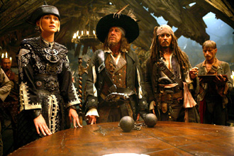 Von links nach rechts: Elizabeth (Keira Knightley), Barbossa (Geoffrey Rush), Jack (Johnny Depp) und Ragetti (Makenzie Crook)